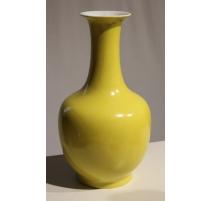 Vase en porcelaine jaune