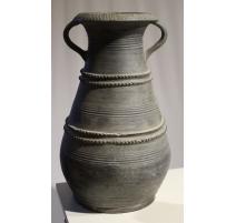 Vase en terre cuite vernissée grise avec anses
