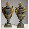 Paire de vases couverts en marbre vert