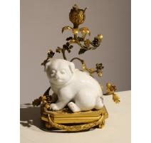 Bougeoir à main en bronze et chien en porcelaine