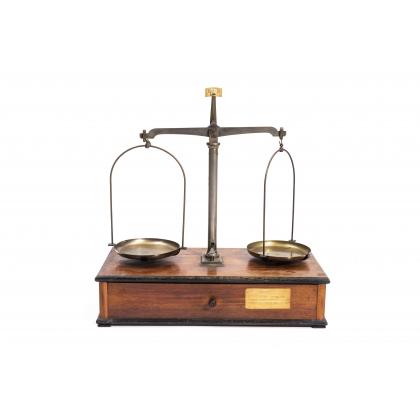 Balance à deux plateaux en laiton par F. SCHOLL