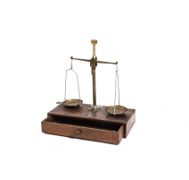 Balance à deux plateaux en laiton par BALOCHE