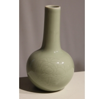 Vase en porcelaine verte, fleur ton sur ton