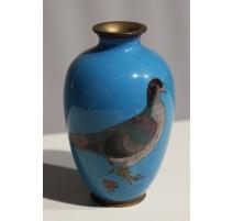 Petit vase cloisonné Pigeon, sur fond bleu
