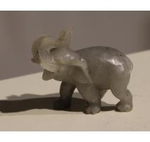 Eléphant en pierre grise