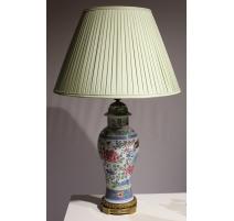 Vase décor d'oiseau en porcelaine monté en lampe