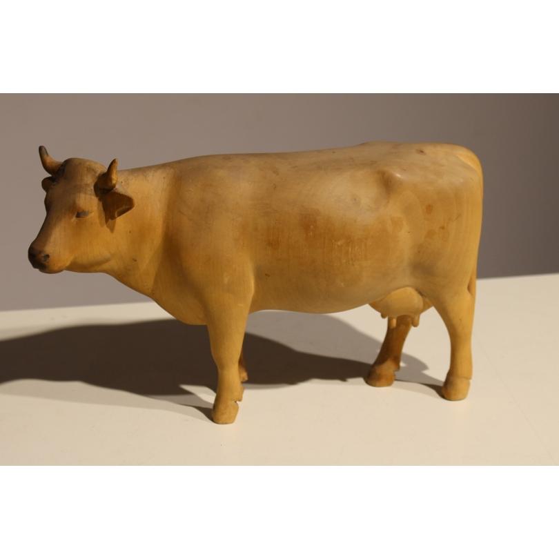 Vache en bois sculpté