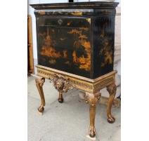 Cabinet laqué noir à décor chinois doré