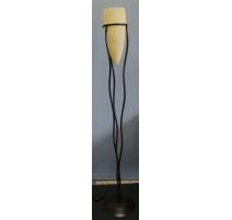 Lampe en fer avec globe en verre blanc