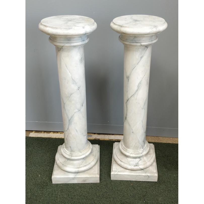 Paire de colonnes en faux marbre blanc