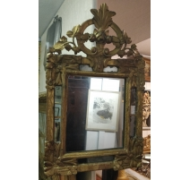 Miroir Louis XV à parecloses, fronton roses