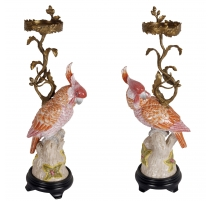 Paire de bougeoirs bronze avec perroquet corail