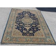 Tapis persan en laine fond bleu décor fleurs
