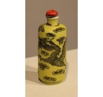 """Snuff bottle en porcelaine jaune """"Dragon"""