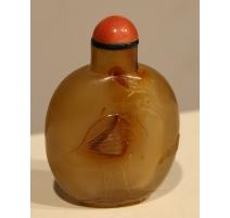 """Snuff bottle en verre couleur ambre gravé """"Grue"""""""