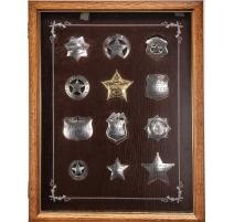 Vitrine contenant 12 plaques de Shérif en argent