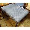 Pouf rectangulaire recouvert de tissus bleu