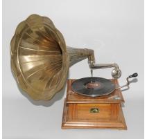 "Gramophone à pavillon laiton ""His Master's Voice"""