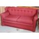 Canapé confortable recouvert de tissus rouge