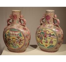 Paire de vases chinois roses avec anses dragons