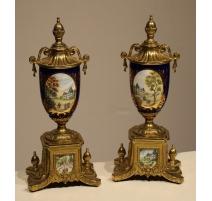 Paire de vases porcelaine bleue et bronze