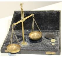 Balance à deus plateaux en laiton, dans un coffret