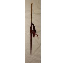 Ombrelle en soie rouge manche en bois et pomponne