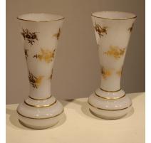 Paire de vases en opalines blanche décor fleurs