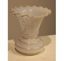 Vase festonné en opalines blanche, étoiles