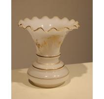 Vase festonné en opalines blanche, rubans et fleur