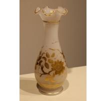 Vase festonné en opalines blanche, fleures dorées