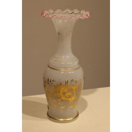 Vase festonné en opalines blanche bordure rose