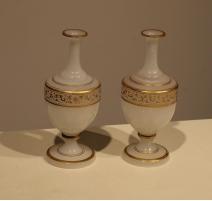 Paire de vases en opalines blanche décor arabesque