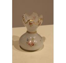 Petit vase en opalines blanche, fleurs polychrome