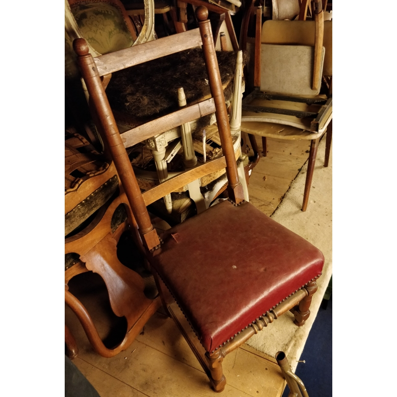 Chaise Louis XIII assise en cuir rouge