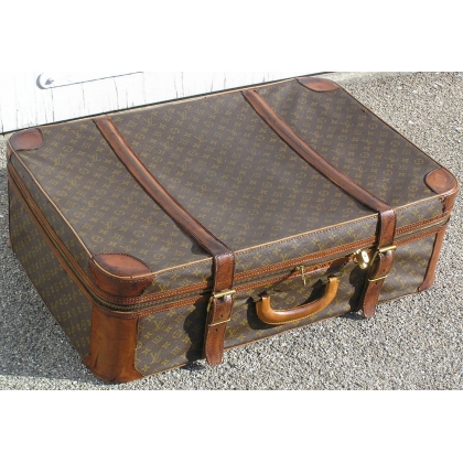 VUITTON suitcase with a zip.