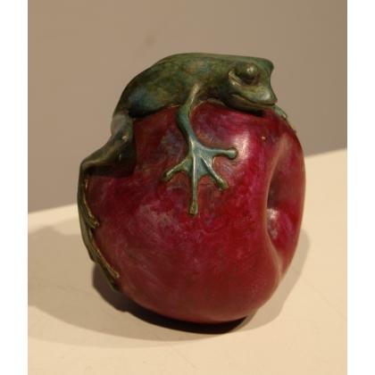 Grenouille serrant une pomme en bronze