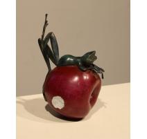 Grenouille couchée sur une pomme en bronze