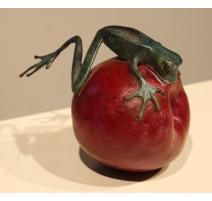 Grenouille grimpant sur une pomme en bronze