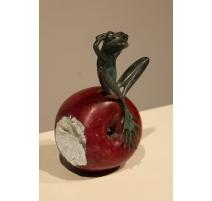 Grenouille assise sur une pomme en bronze