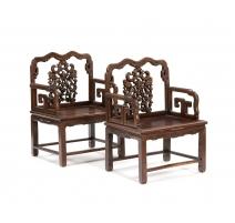 Paire de fauteuils chinois en teck sculpté