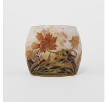 Vase ovale à décor de fleurs signé DAUM Nancy