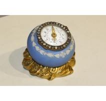Pequeño reloj de mesa, en porcelana y bronce