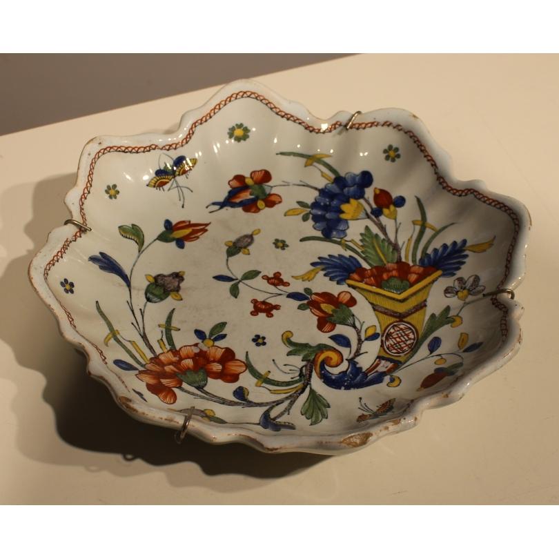 Assiette festonnée en faïence de Rouen décor fleur