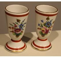 Paire de timbales en porcelaine décor fleurs