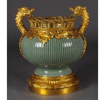 Coupe en porcelaine verte, anses dragon