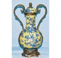 Vase couvert en porcelaine jaune et bleue
