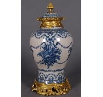 Vase couvert en porcelaine attributs de Musique