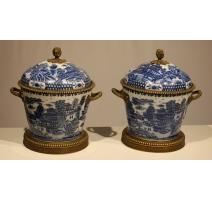 Paire de vases couverts en porcelaine bleu-blanc