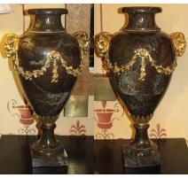 Paire de vases Louis XVI en marbre ornés de bronze